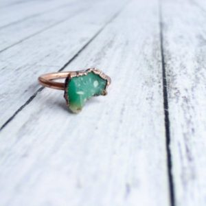 Chrysoprase ring | Raw chrysoprase crystal ring | Green chrysoprase and copper ring | May birthstone ring | May birthstone jewelry | Natural genuine Chrysoprase rings, simple unique handcrafted gemstone rings. #rings #jewelry #shopping #gift #handmade #fashion #style #affiliate #ad