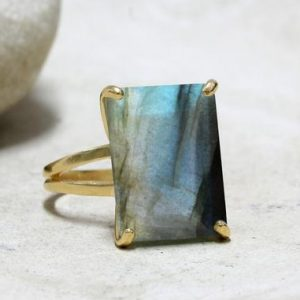 Gold ring,Labradorite ring,rectangle ring,gold statement ring,bridal ring,engagement ring,rectangular stone ring | Natural genuine Labradorite rings, simple unique alternative gemstone engagement rings. #rings #jewelry #bridal #wedding #jewelryaccessories #engagementrings #weddingideas #affiliate #ad