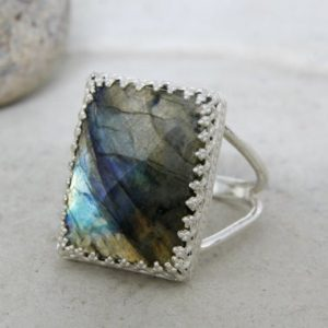 Labradorite ring,925 sterling silver ring,gemstone ring,vintage ring,bridal ring,wedding ring,unique rings,birthday | Natural genuine Labradorite rings, simple unique alternative gemstone engagement rings. #rings #jewelry #bridal #wedding #jewelryaccessories #engagementrings #weddingideas #affiliate #ad